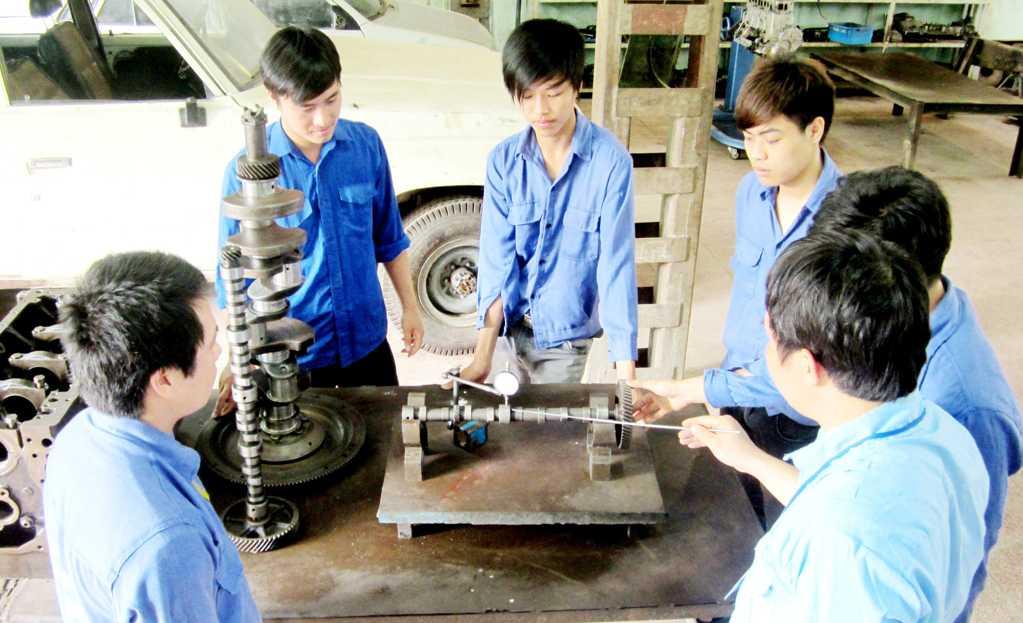 Sinh viên thực hành kiểm tra đo kiểm