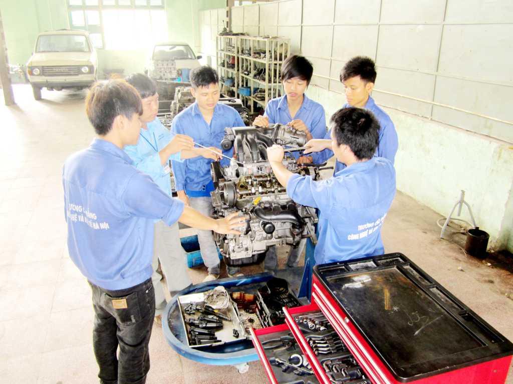 Sinh viên thực hành kiểm tra hệ thống phối khí
