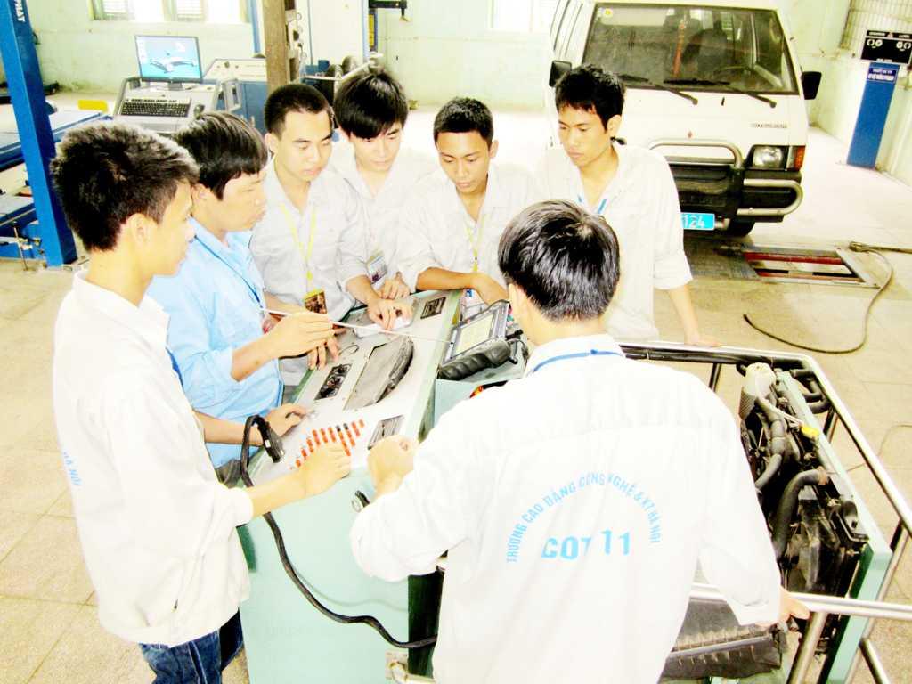 Sinh viên thực hành động cơ phun xăng điện tử EFI
