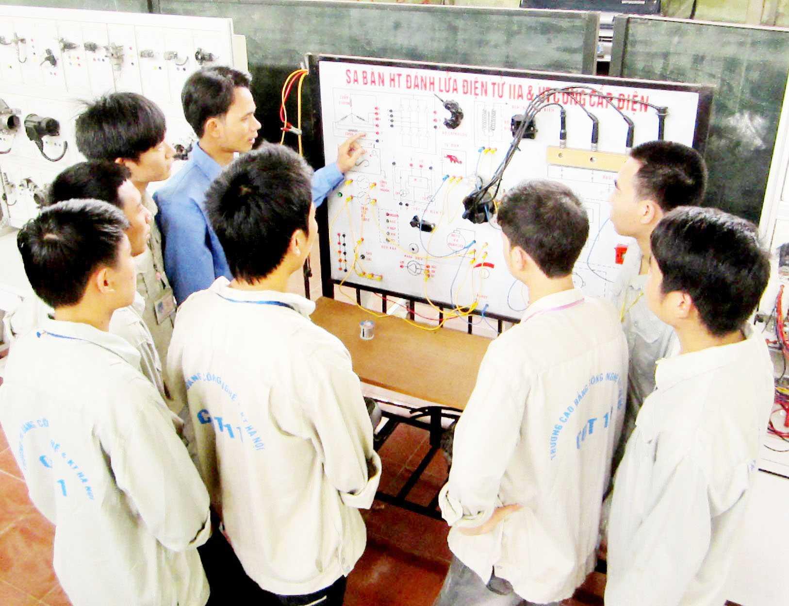 Sinh viên thực hành kiểm tra, đấu lắp hệ thống điện động cơ