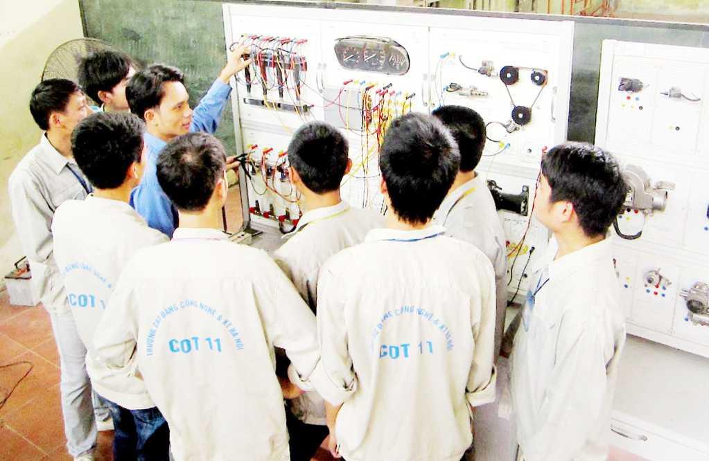 Sinh viên thực hành đấu lắp hệ thống điện trên thân xe
