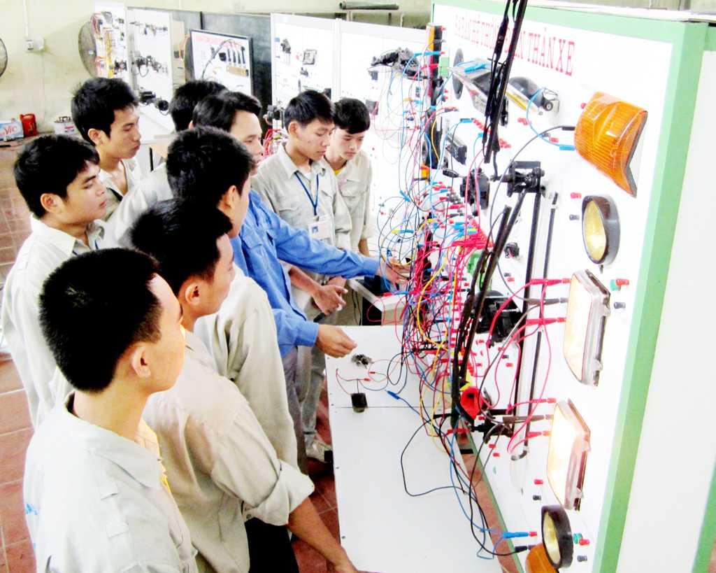 Sinh viên thực hành kiểm tra, đấu lắp hệ thống điện trên thân xe