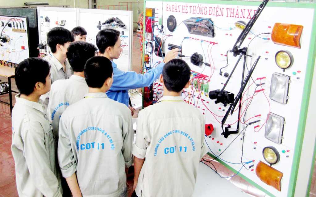 Sinh viên thực hành kiểm tra mạch điện Ô tô trên sa bàn