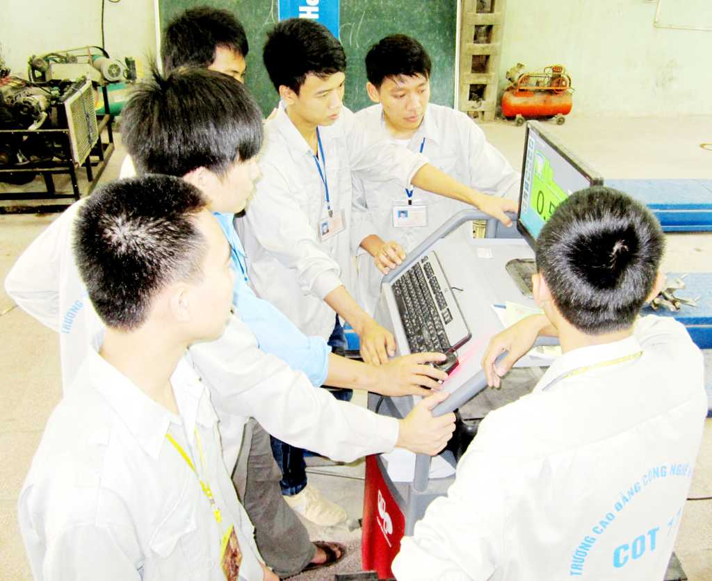 Sinh viên thực hành kiểm tra góc đặt bánh xe (Trên máy tính)