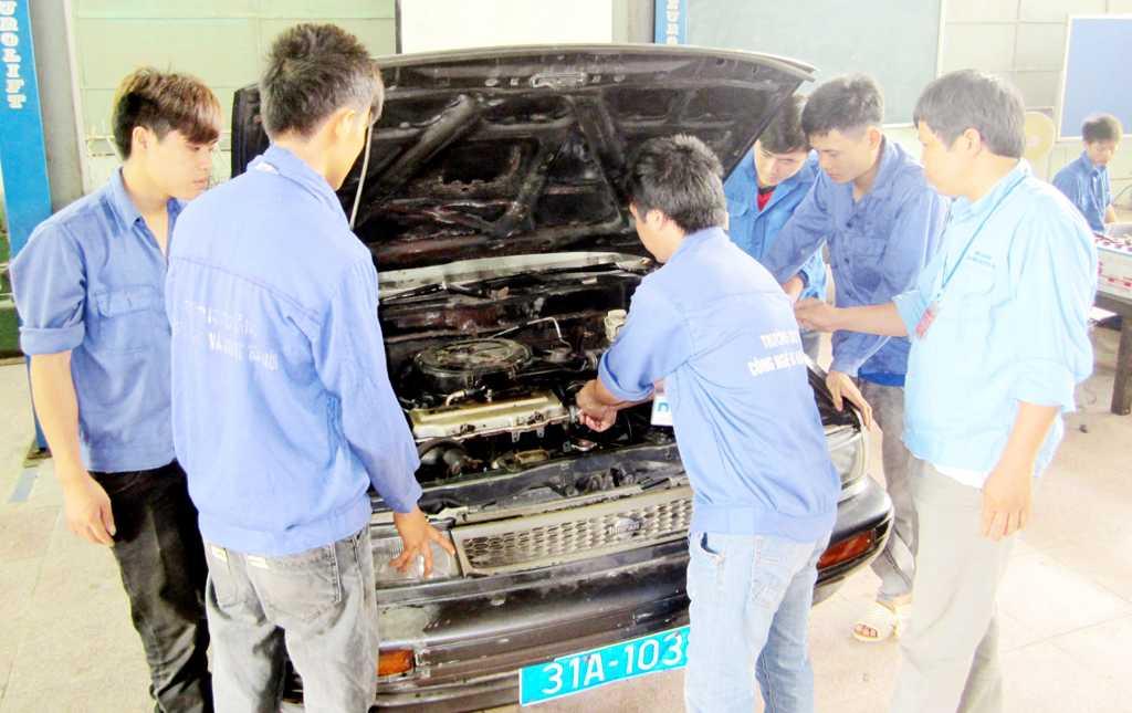Sinh viên thực tập nâng cao trên Ô tô