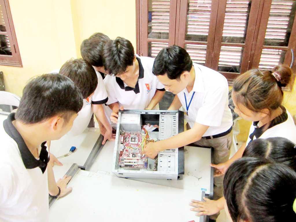 Giảng viên hướng dẫn Sinh viên thực hành bảo trì máy tính