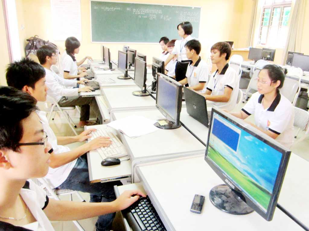 Sinh viên thực hành lập trình trên máy tính
