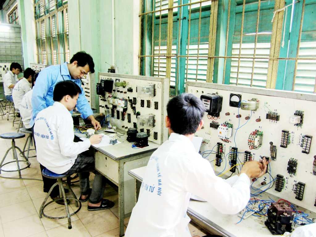 Sinh viên trong giờ thực tập trang bị điện