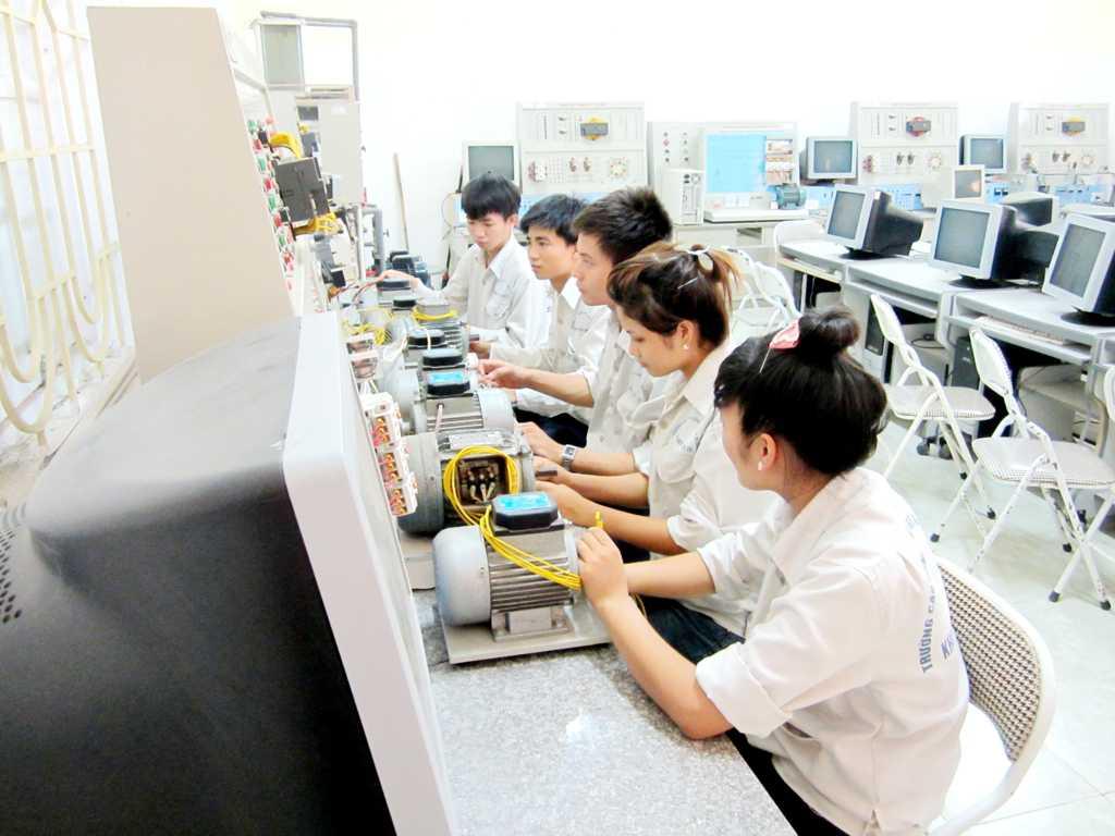 Sinh viên trong giờ thực tập điều khiển lập trình