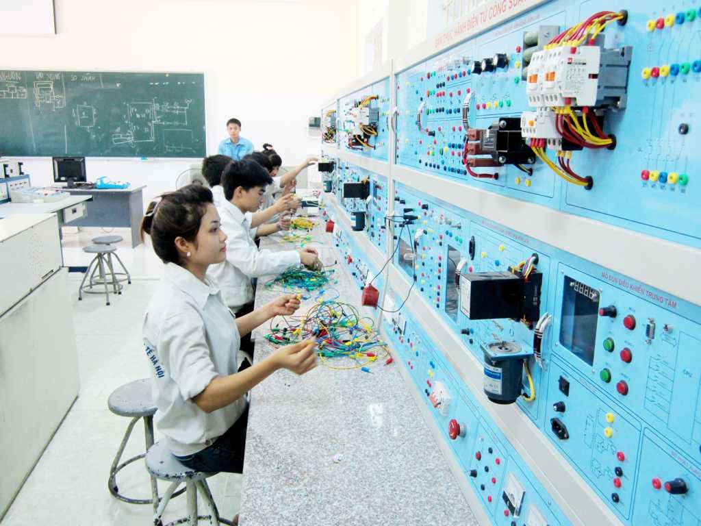Sinh viên trong giờ thực tập điện tử công suất
