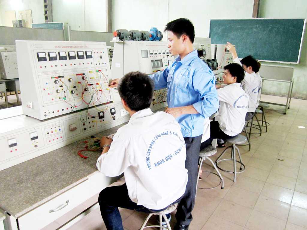 Sinh viên đang thí nghiệm truyền động điện