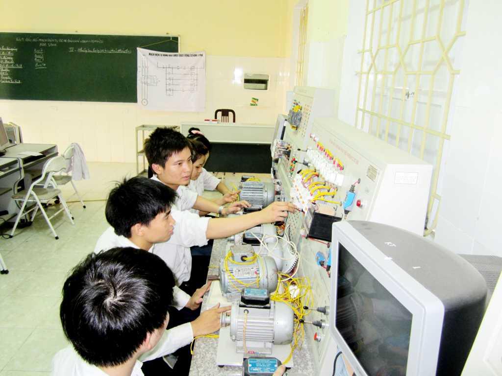 Sinh viên thực tập điều khiển lập trình