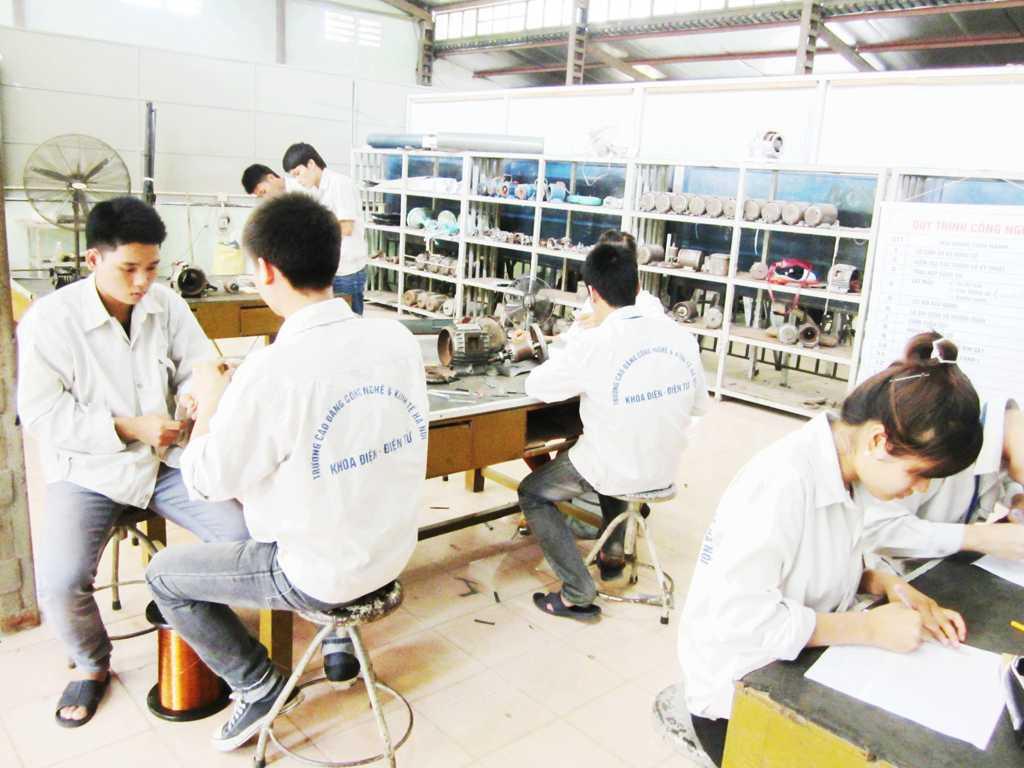 Sinh viên trong giờ thực tập máy điện