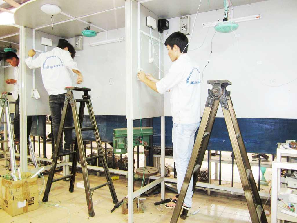 Sinh viên trong giờ thực tập cung cấp điện