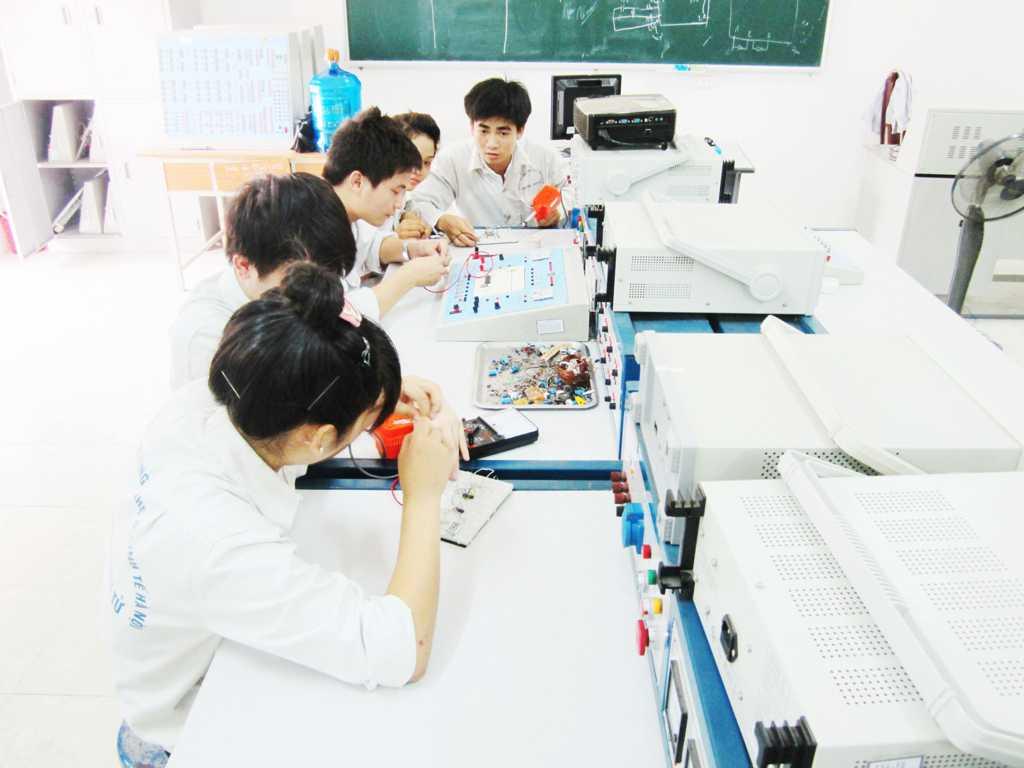 Sinh viên trong giờ thực tập điện tử cơ bản
