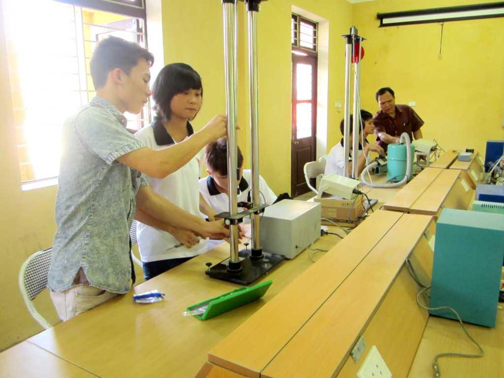 Sinh viên hệ Cao đẳng thực hành thí nghiệm Vật lý đại cương