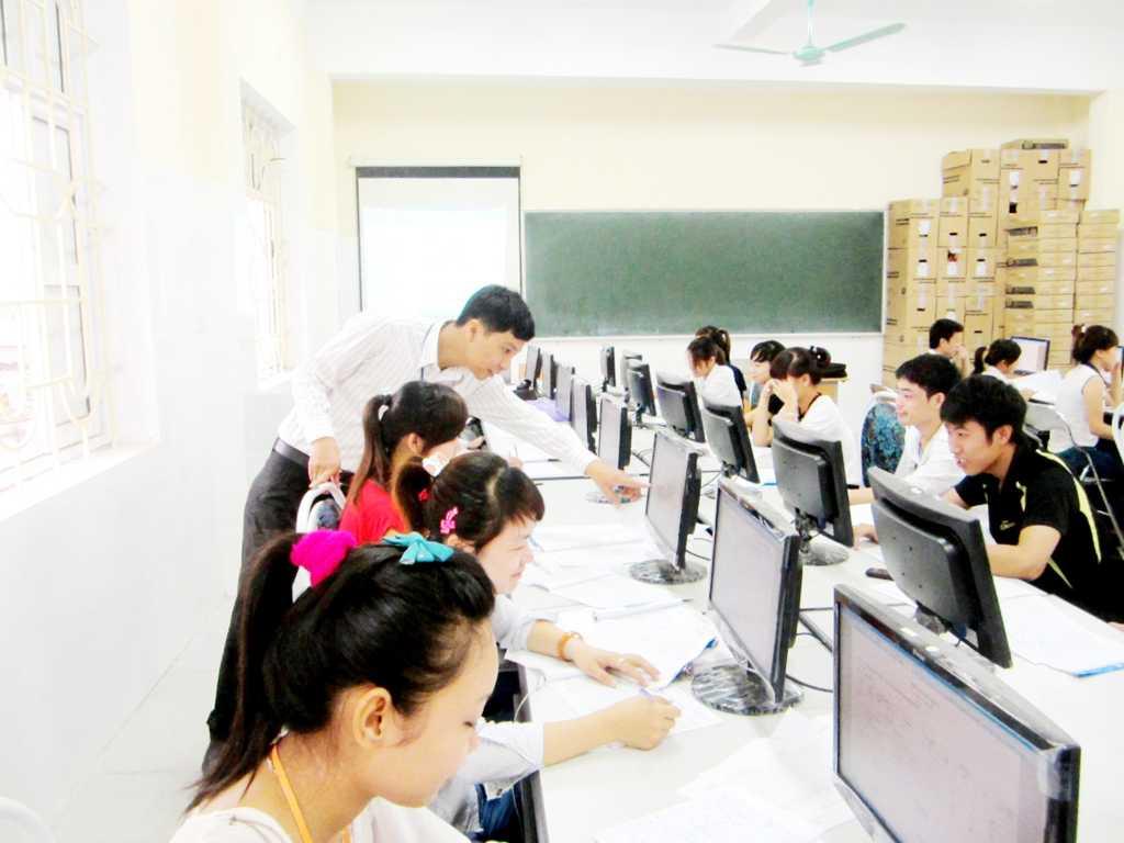 Sinh viên thực hành kế toán trên máy tính