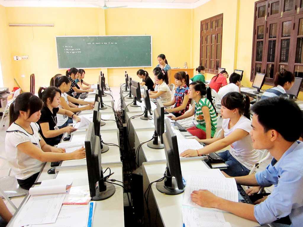 Sinh viên thực hành kế toán ảo trên máy tính