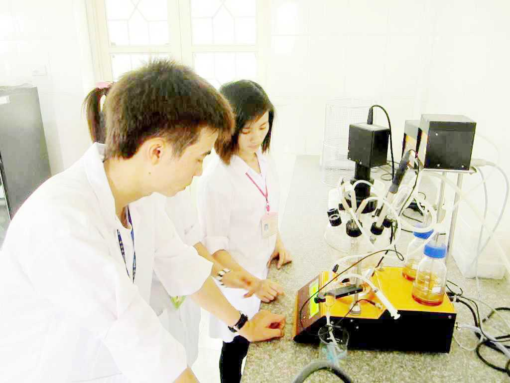 Sinh viên thực hiện quá trình lên men dấm hoa quả trong thiết bị lên men Lambda Minifor
