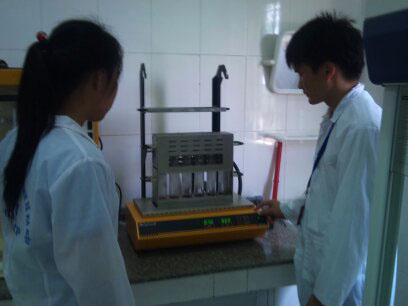 Sinh viên thực hiện mẫu cất đạm trên bộ cất đạm tự động Vapodest 10 để xác định hàm lượng Protein trong thực phẩm